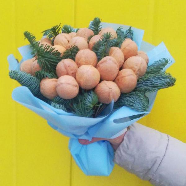 Букетизорехов станет украшением любого праздника. Купить букет из орехов в Велиже легко! Просто позвонить нам или оставить заявку на сайте